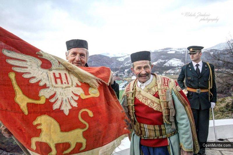 Фото Черногории: возложение венков к памятнику и воинский салют из артеллирийских орудий