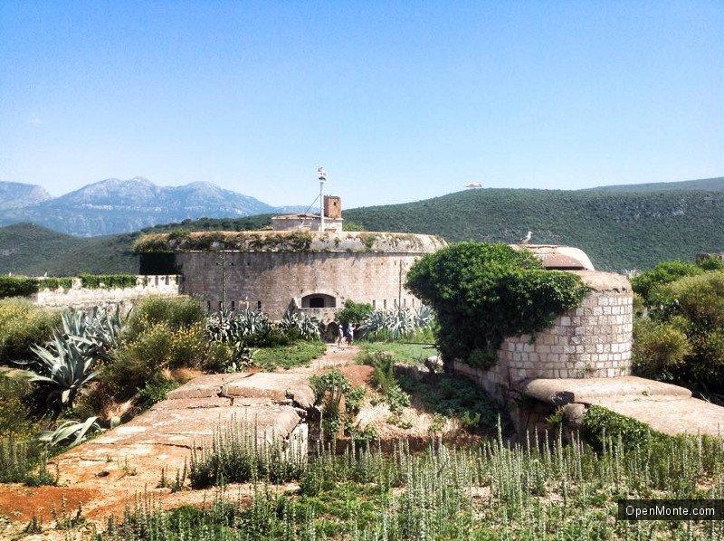 Проживание в Черногории: Исторические памятники Черногории: форт на острова Мамула